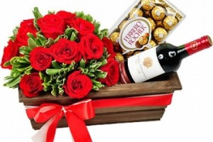 Cesta de Flores com Chocolate e Vinho