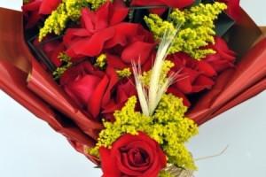 Bouquet de rosa vermelhas frontal  (R$ 140,00)